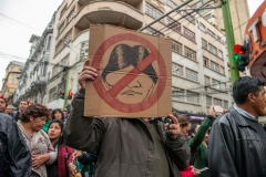 La Paz, Bolivia. 6th Nov 2019. A protester shows a cartoon aimed against Evo Morales. Radoslaw Czajkowski/ Alamy Live News