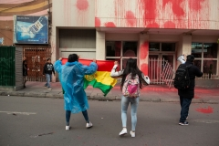 On November 7th 2019 opposition supporters painted the building of the Bolivian Ministry of Economics and Treasure and destroyed the gate protecting the main entrance.
